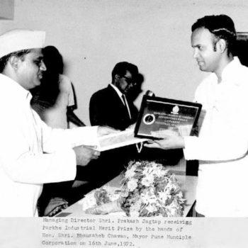 Bhausaheb Chavan Mayor Pune, giving the Parkhe Award 1972